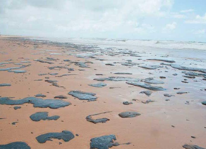 Comissão do Senado pede explicações a ministros sobre manchas de óleo